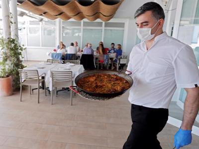 Later opening for Andalucía bars and groups of up to six allowed to meet