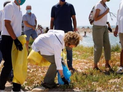 Queen Sofía spends Saturday picking up rubbish from Alicante beach