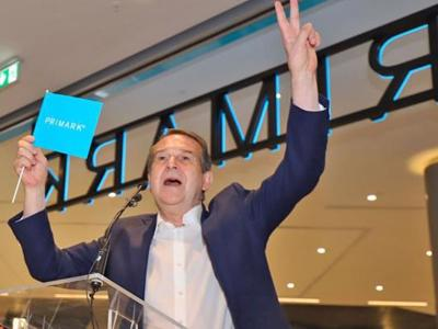"""Mayor tries out his English at Vigo's Primark opening: """"You are officially amazing!"""""""