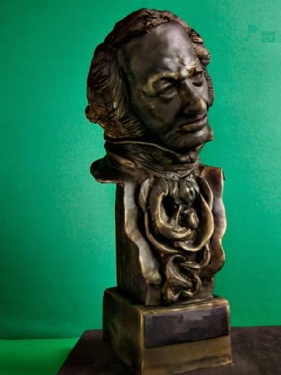 Award-winning scriptwriters try to sell their Goya statue in Cash Converters