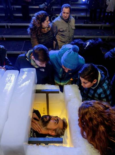 Spanish magician breaks world record time in ice box