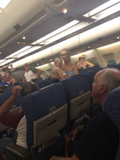 Holidaymakers left on grounded plane for three hours in 37ºC