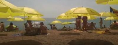 No legal action for yellow 'protest parasols' on Catalunya beach