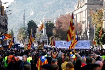 Minor injuries as separatists protest over cabinet meeting in Barcelona
