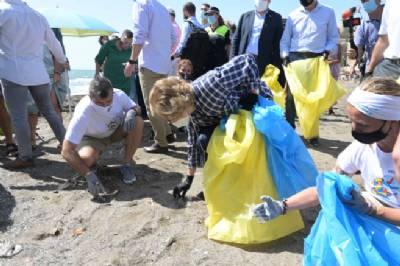 Royalty against plastic pollution: Queen Sofía helps clear up Málaga beach