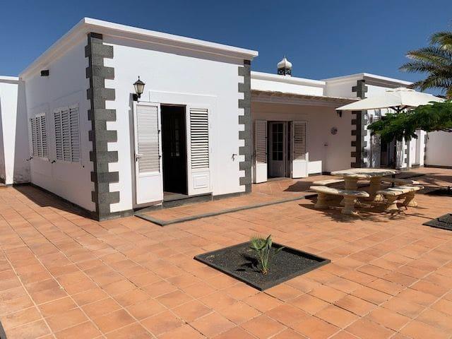 6 bedroom Villa for sale in Costa Teguise - € 460,000 (Ref: 5551811)