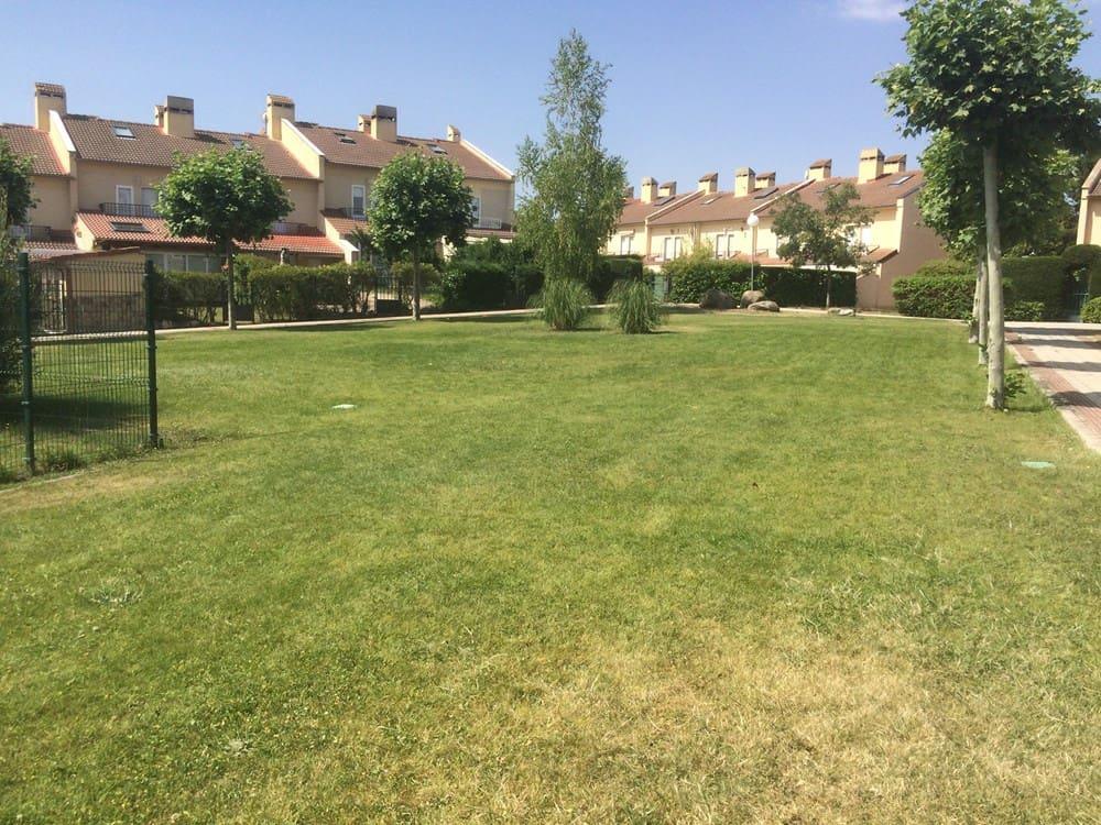 Adosado de 4 habitaciones en La Lastrilla en venta - 189.000 € (Ref: 5082366)