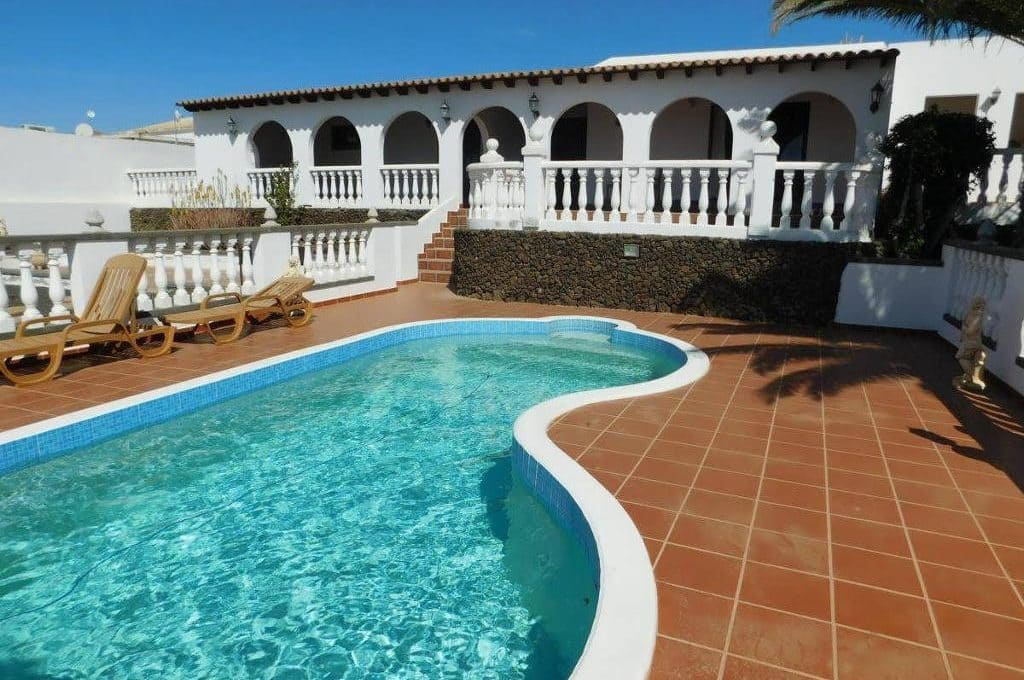4 bedroom Villa for sale in Guime with pool - € 489,000 (Ref: 5169698)