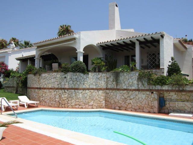 3 bedroom Villa for sale in Benalmadena with garage - € 780,000 (Ref: 4674662)