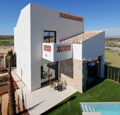 Chalet de 3 habitaciones en Benijófar en venta con piscina - 324.900 € (Ref: 4293977)