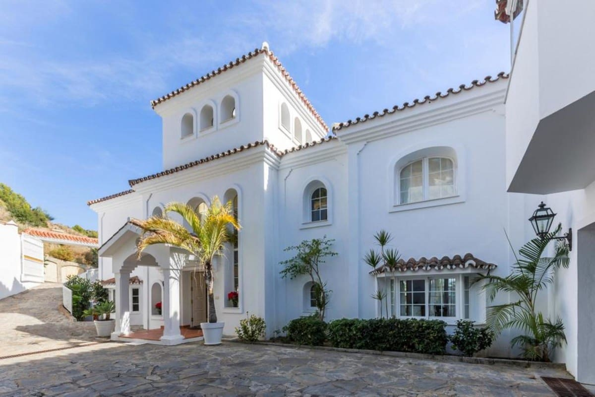 4 bedroom Villa for rent in Marbella with pool - € 6,900 (Ref: 4454862)