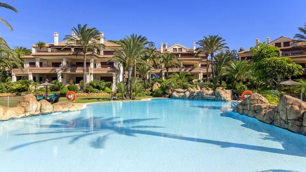 3 bedroom Apartment for holiday rental in Los Monteros with pool garage - € 3,500 (Ref: 5311481)