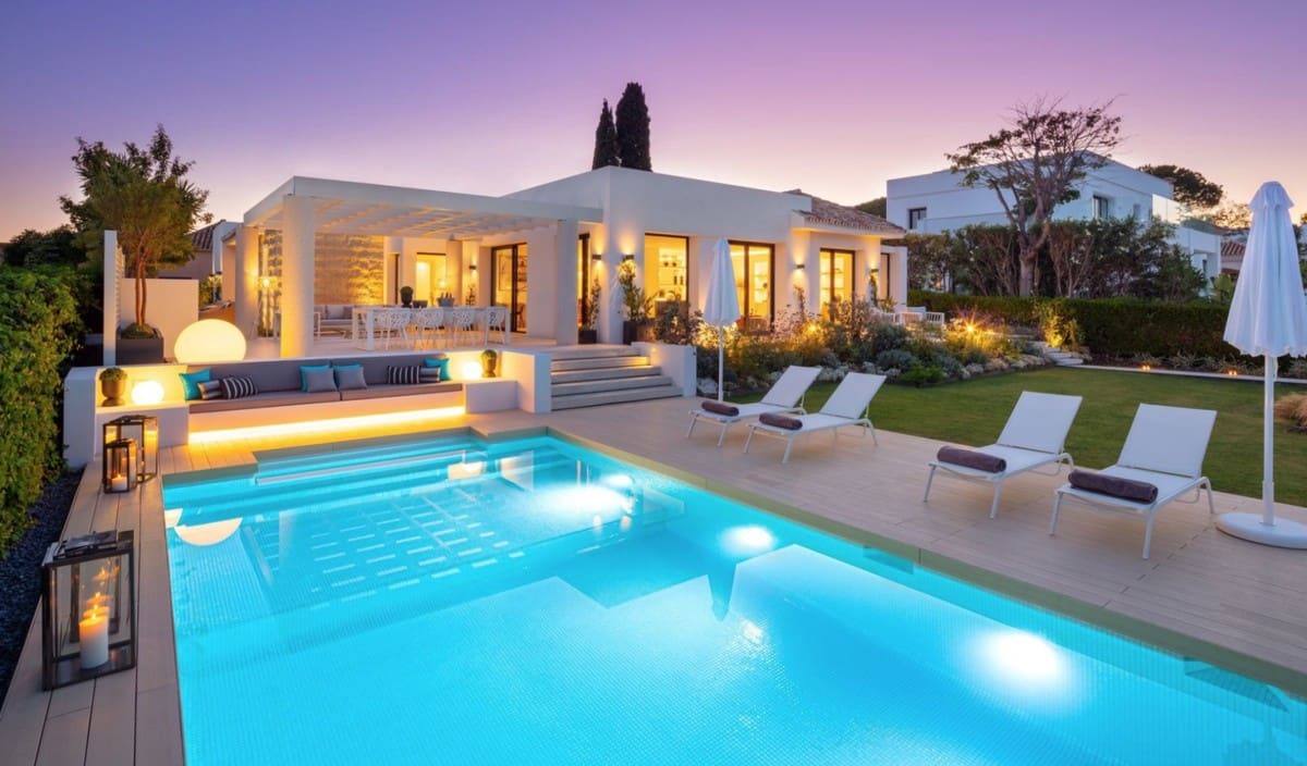 4 bedroom Villa for sale in Aloha Golf with pool garage - € 3,295,000 (Ref: 6081527)
