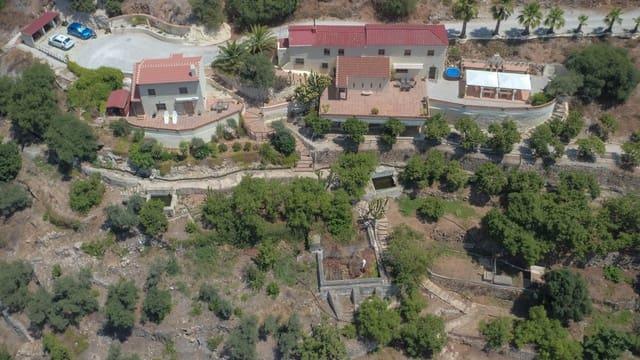3 bedroom Villa for sale in Yunquera with garage - € 349,000 (Ref: 6243744)