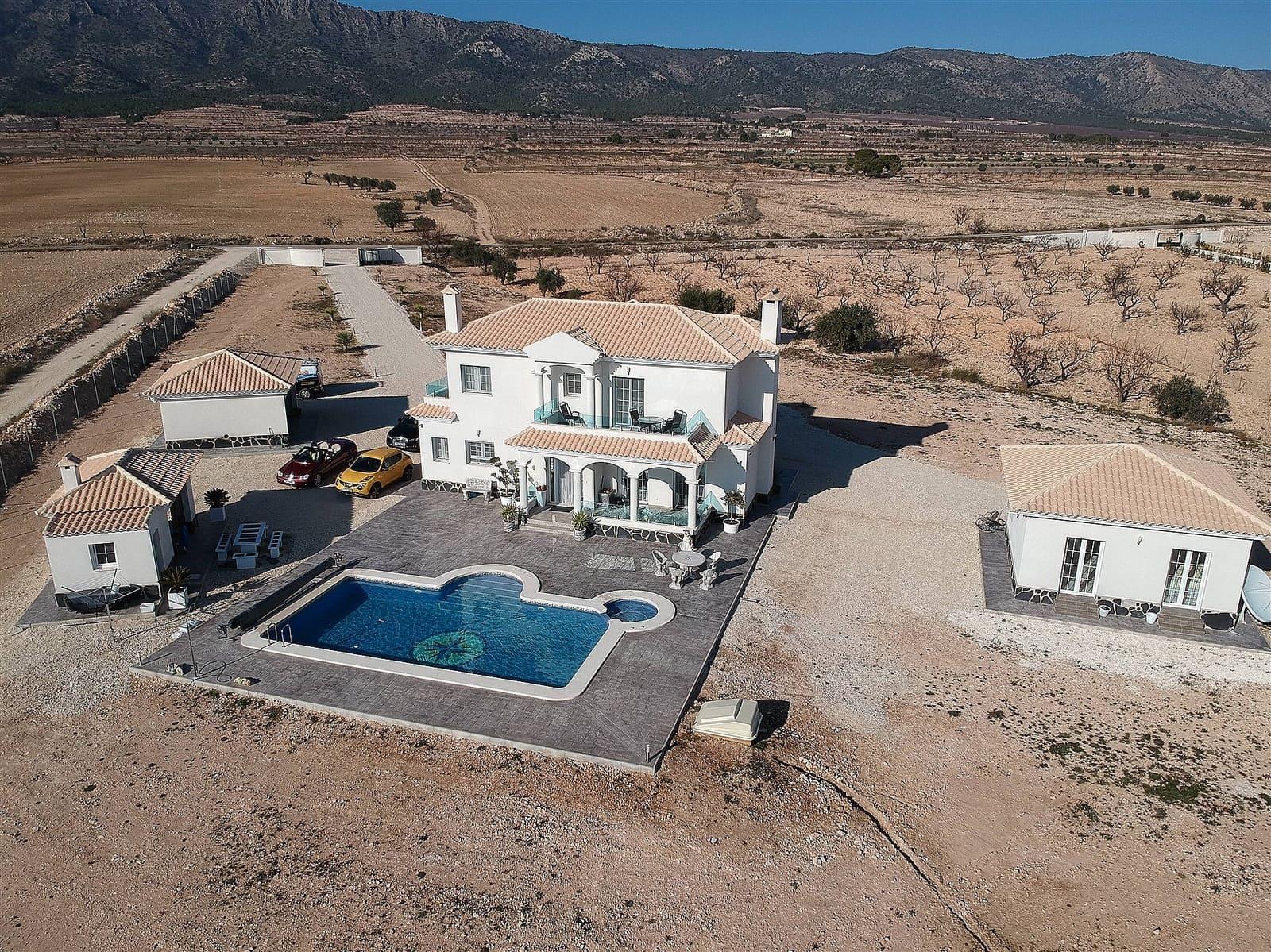 Chalet de 4 habitaciones en Pinoso en venta con piscina garaje - 254.500 € (Ref: 3939467)