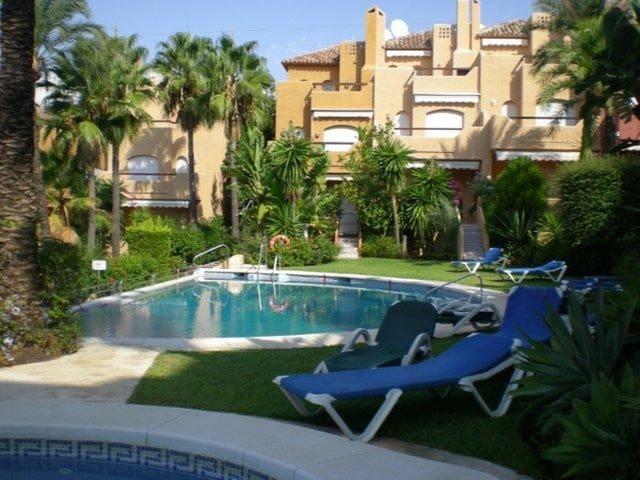 3 soverom Hus til salgs i Nueva Andalucia med svømmebasseng garasje - € 850 (Ref: 3325027)
