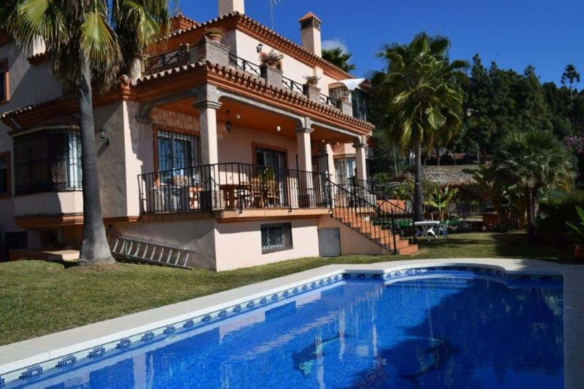 4 bedroom Villa for sale in Marbella with pool garage - € 1,085,000 (Ref: 3542165)