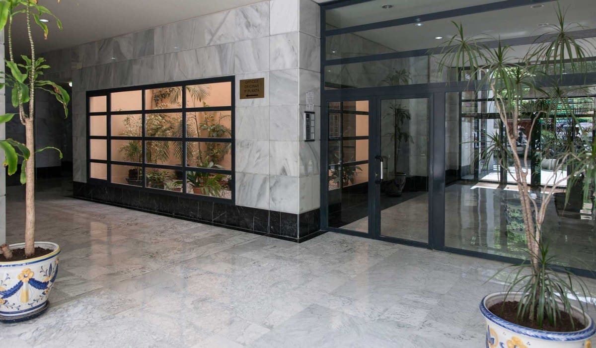 Office for sale in Marbella with pool - € 200,000 (Ref: 4278310)