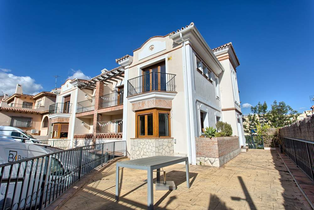 5 bedroom Semi-detached Villa for sale in Marbella with pool garage - € 975,000 (Ref: 3275376)