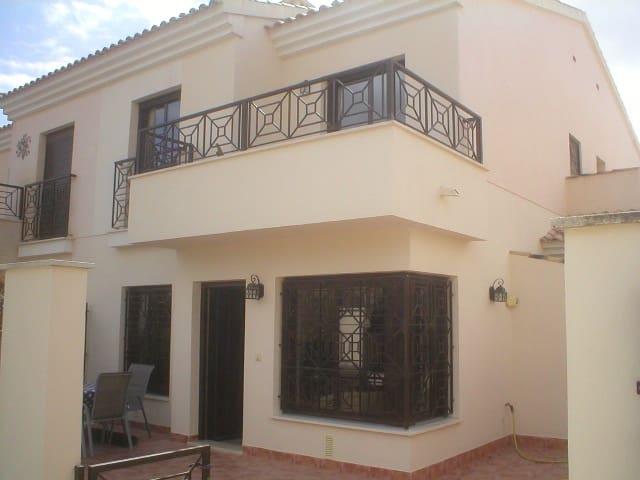 3 soverom Villa til leie i San Cayetano - € 500 (Ref: 3601364)