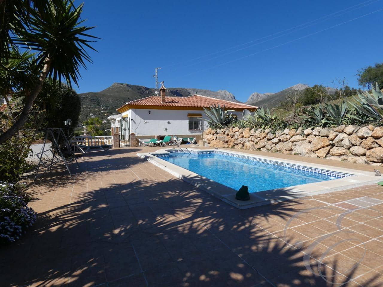 3 bedroom Villa for sale in Alcaucin with pool - € 349,950 (Ref: 4667505)