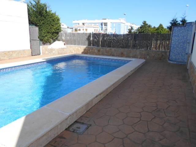 3 soverom Rekkehus til leie i Oliva med svømmebasseng garasje - € 690 (Ref: 3675063)