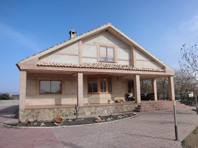 4 bedroom Villa for sale in Fernancaballero with garage - € 318,000 (Ref: 3850401)