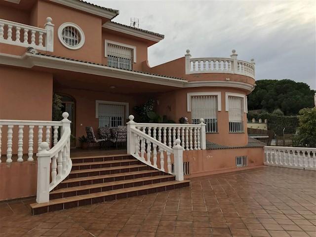 4 bedroom Villa for sale in Alhaurin de la Torre with pool - € 500,000 (Ref: 3889644)