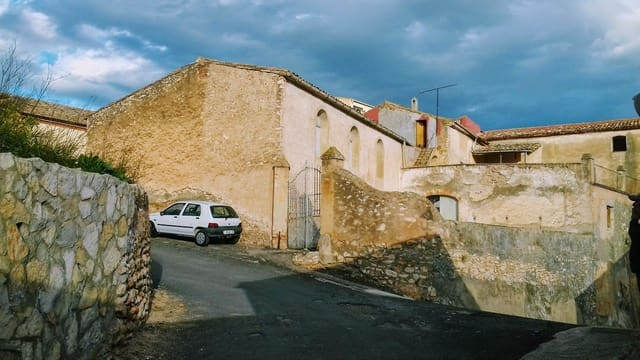6 bedroom Townhouse for sale in Darmos with garage - € 250,000 (Ref: 5278850)