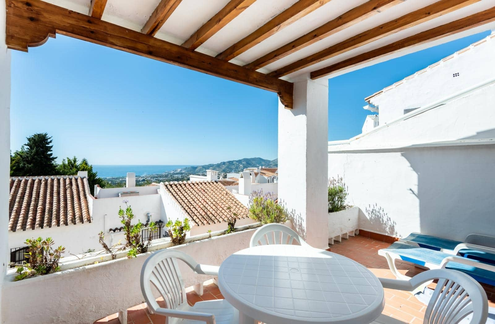 2 bedroom Beach Apartment for sale in Nerja with pool - € 230,000 (Ref: 4205514)
