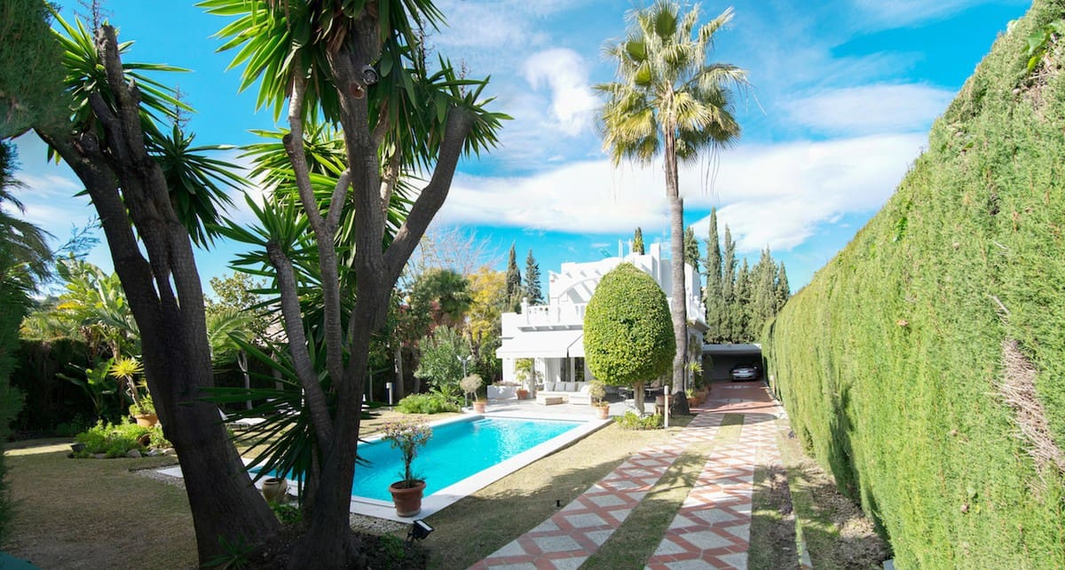 4 bedroom Villa for sale in Marbella with pool - € 885,000 (Ref: 5167946)