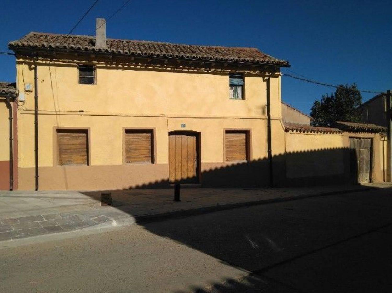 Chalet de 4 habitaciones en Becerril de Campos en venta - 40.000 € (Ref: 3850758)