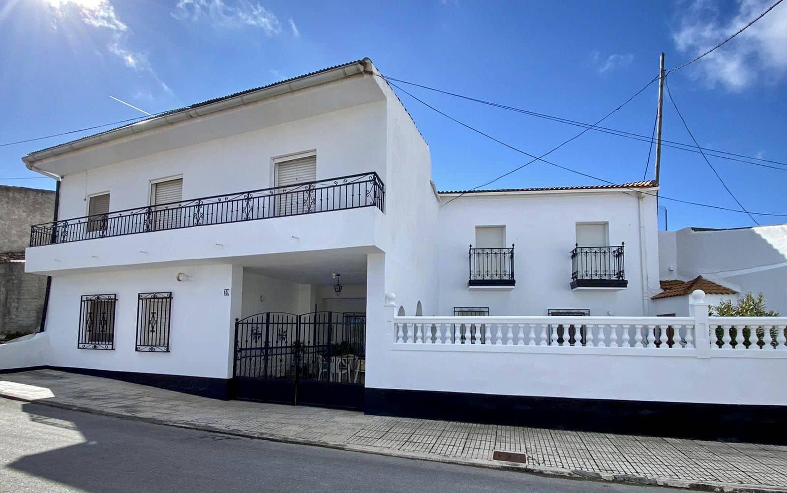 6 bedroom Townhouse for sale in Cuevas del Campo with garage - € 144,950 (Ref: 5886792)
