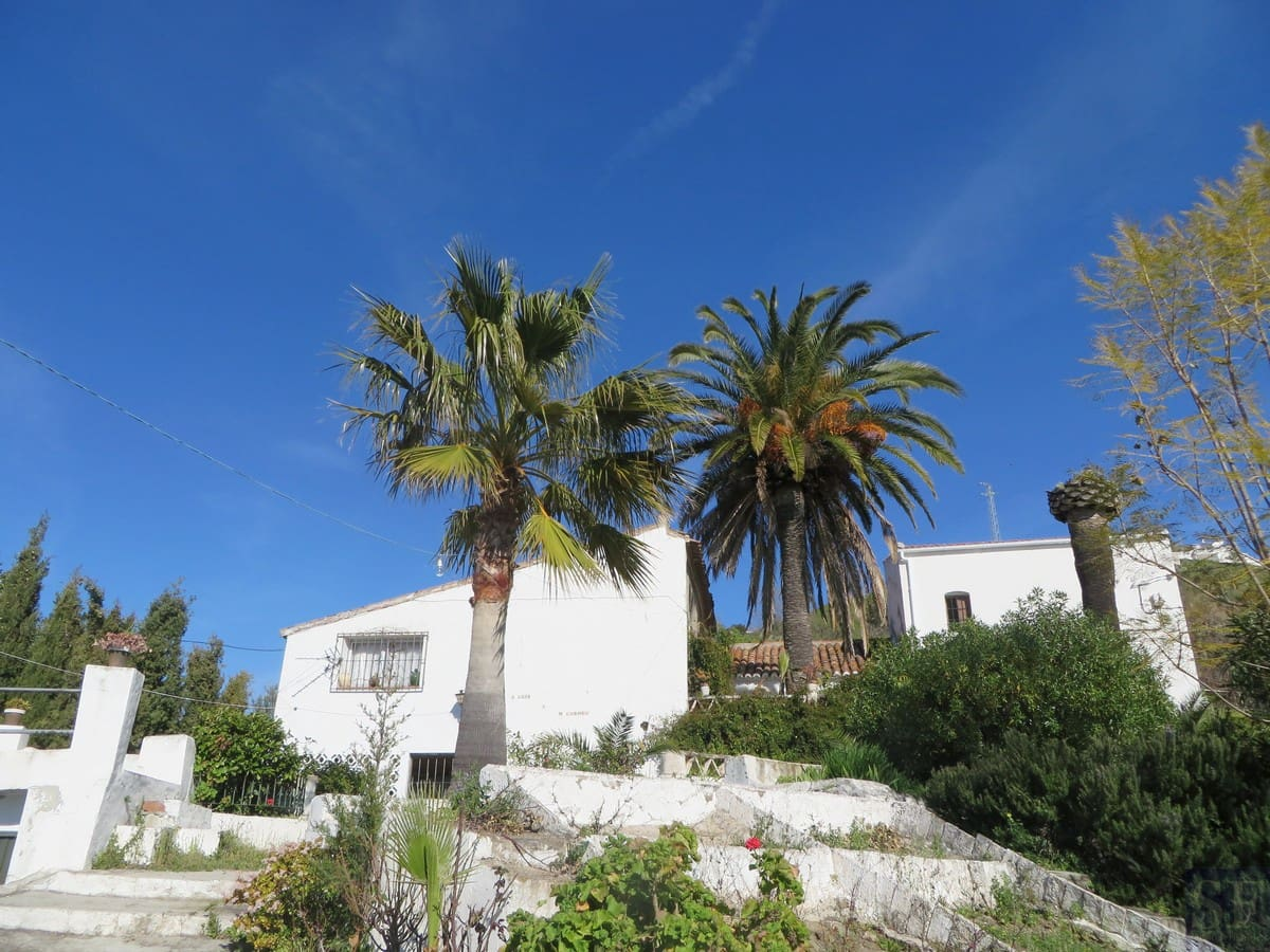 4 bedroom Villa for sale in Competa with pool - € 249,000 (Ref: 2521755)