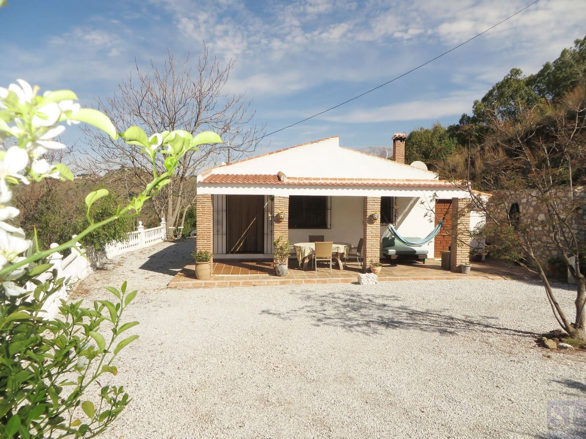 3 bedroom Villa for sale in Competa with pool - € 269,000 (Ref: 2988596)