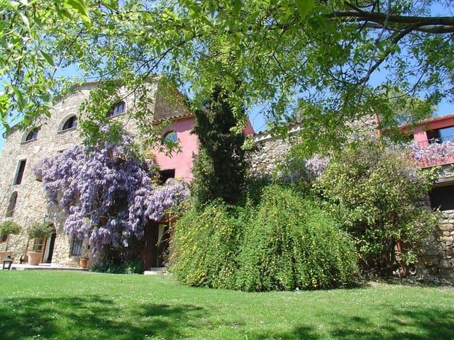 12 soveværelse Finca/Landehus til salg i Besalu med swimmingpool garage - € 2.250.000 (Ref: 4560271)