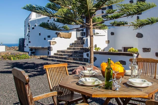 5 bedroom Villa for sale in Tinajo with garage - € 700,000 (Ref: 4703178)