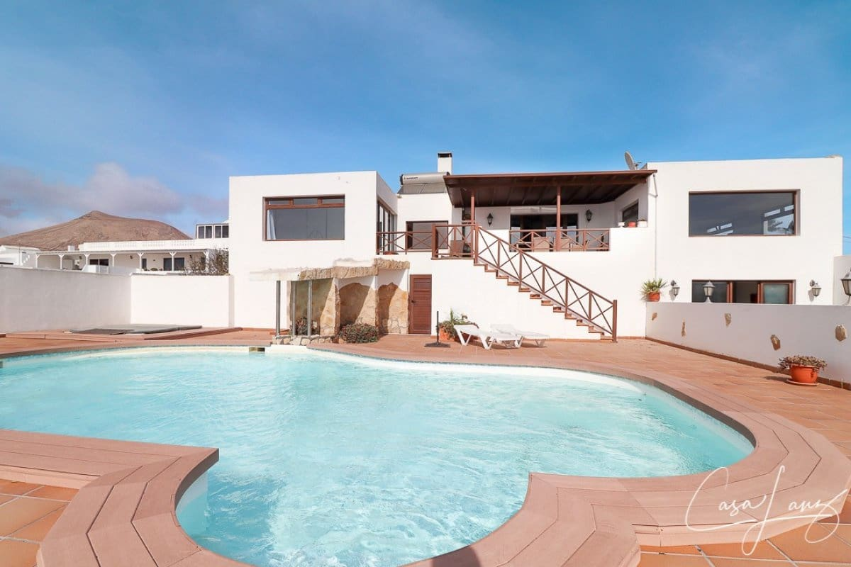 5 bedroom Villa for sale in Guime with pool garage - € 595,000 (Ref: 4888968)
