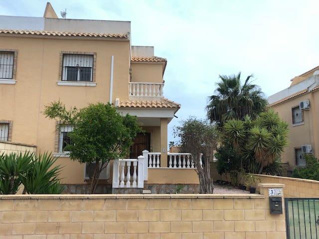 3 slaapkamer Halfvrijstaande villa te huur in Rojales - € 650 (Ref: 5938362)