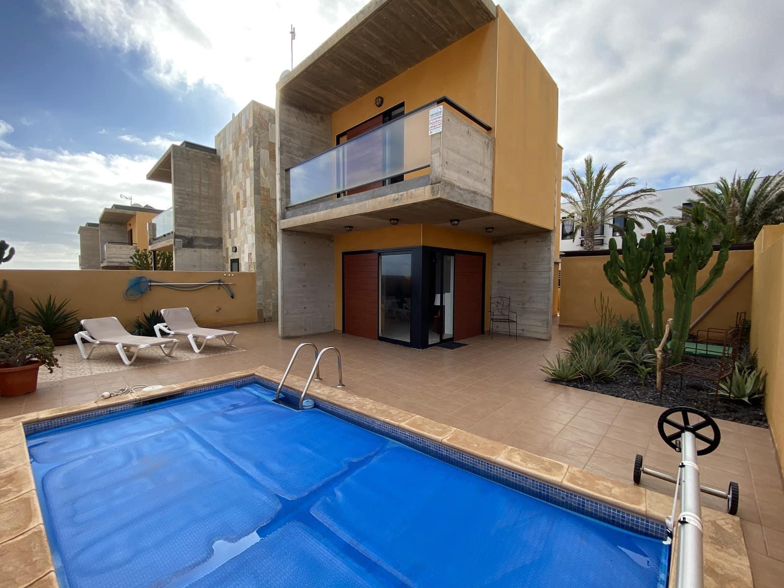 Pareado de 4 habitaciones en Caleta de Fuste en venta con piscina garaje - 240.000 € (Ref: 5893566)