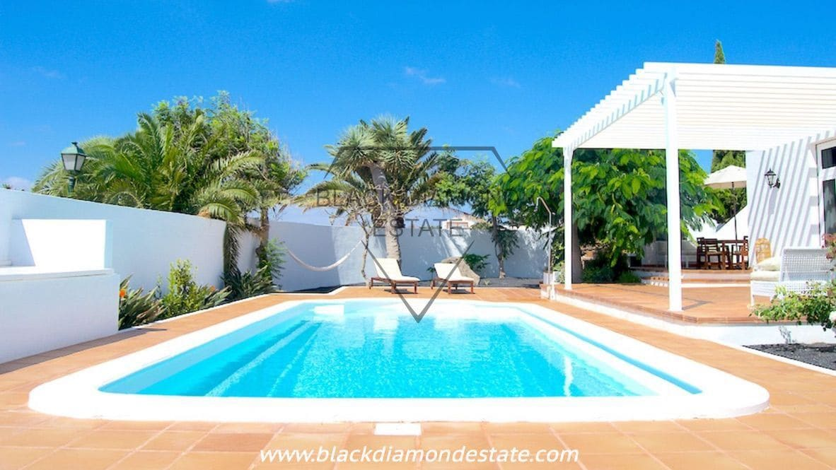 4 bedroom Villa for sale in Costa Teguise with pool garage - € 525,000 (Ref: 4709097)