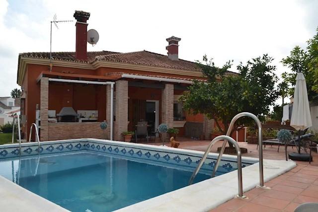 4 sypialnia Willa na sprzedaż w Pueblo Nuevo de Guadiaro z basenem - 485 000 € (Ref: 3723461)
