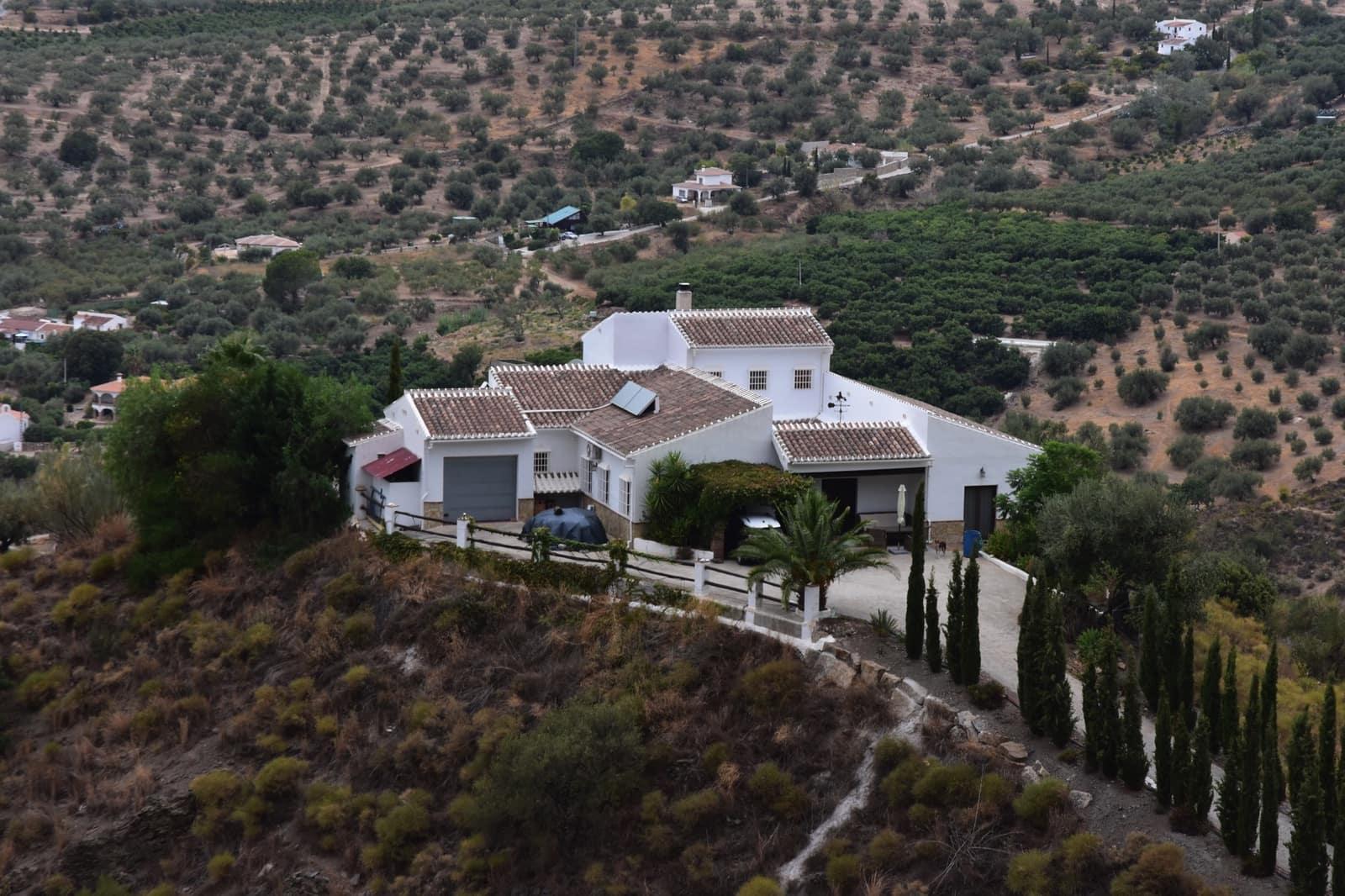 3 bedroom Villa for sale in Alcaucin with pool - € 449,000 (Ref: 4760219)