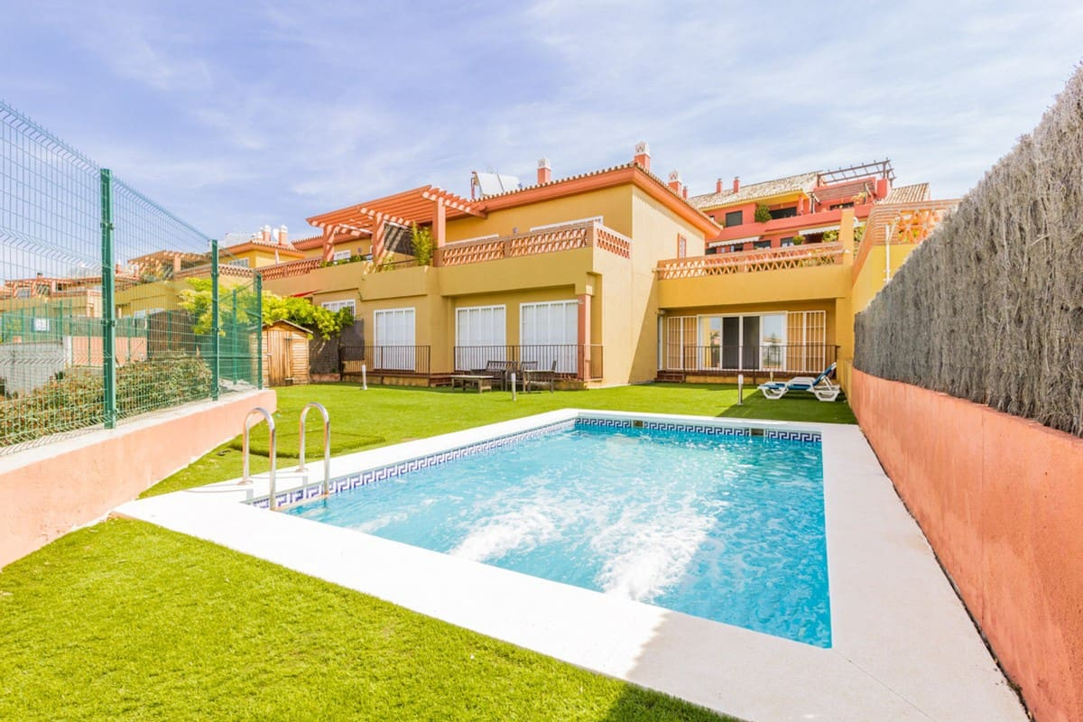4 bedroom Semi-detached Villa for rent in Estepona with pool garage - € 2,000 (Ref: 5289785)
