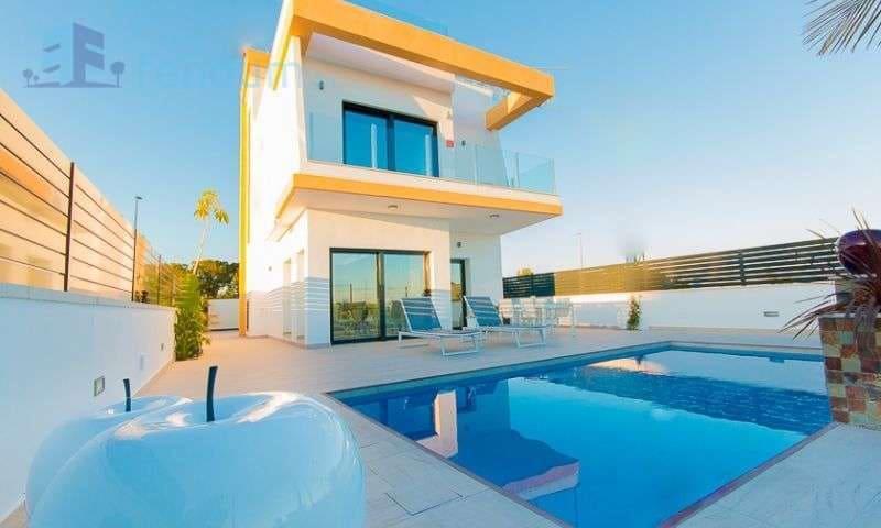 Chalet de 3 habitaciones en Pilar de la Horadada en venta con piscina - 330.000 € (Ref: 4974259)