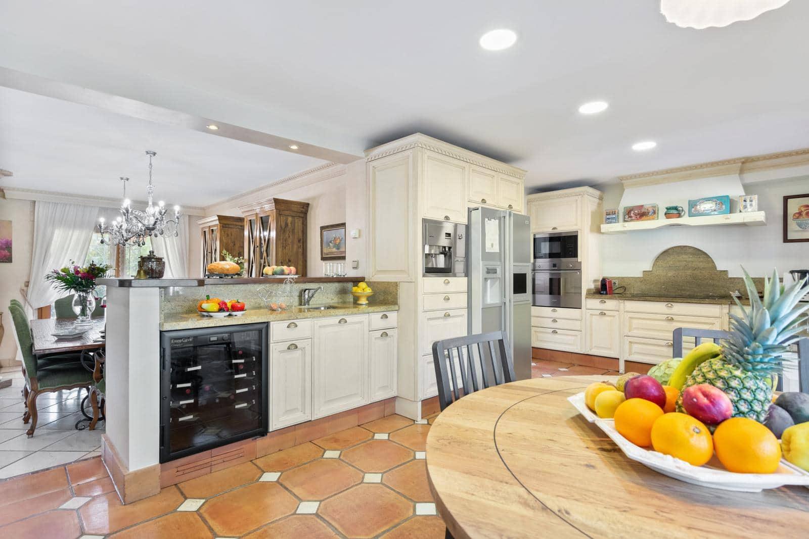 5 bedroom Villa for sale in Marbella with garage - € 1,180,000 (Ref: 4956755)