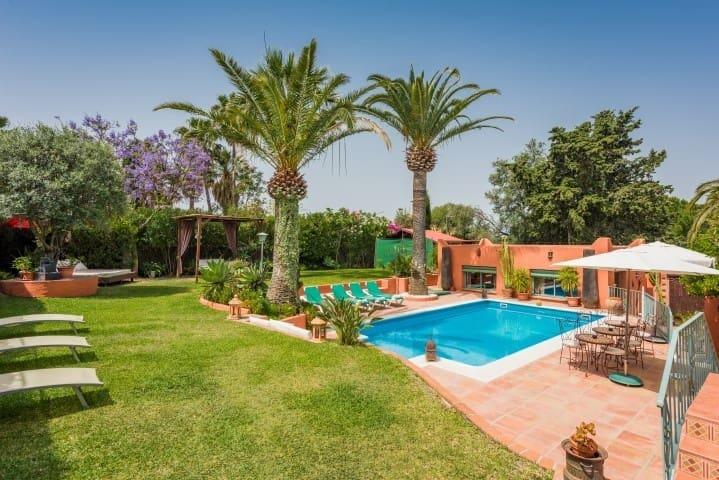 7 bedroom Commercial for sale in Marbella - € 1,550,000 (Ref: 5169967)