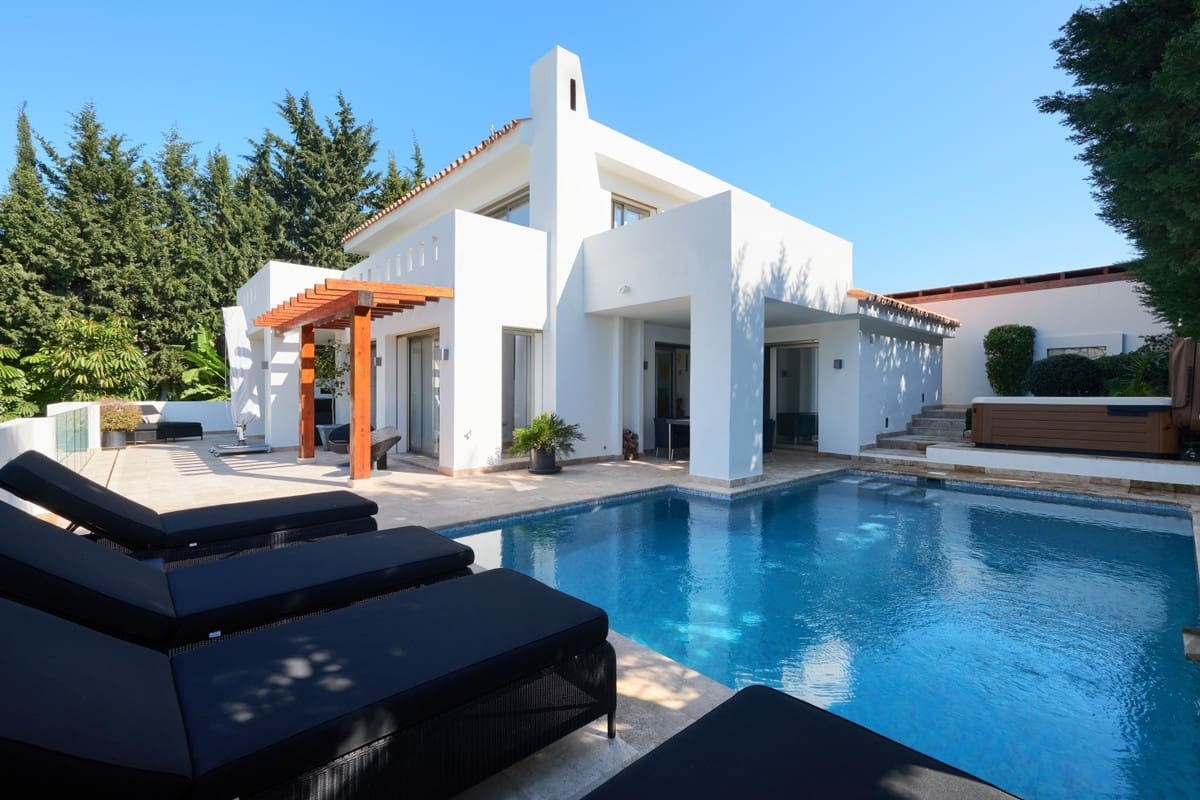 4 bedroom Villa for sale in Marbella with garage - € 1,795,000 (Ref: 5170094)