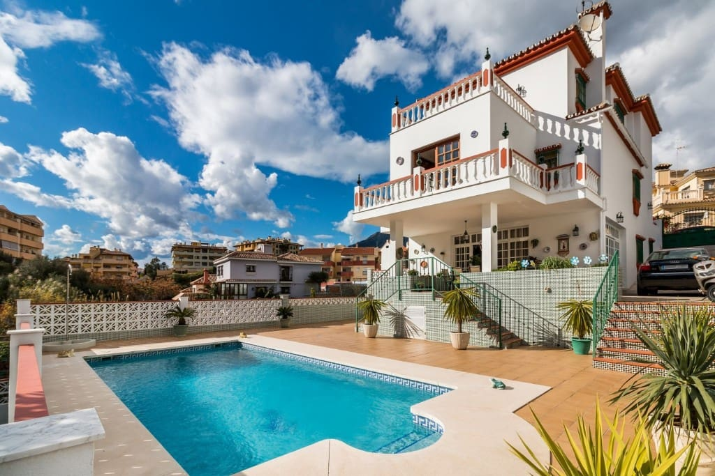 5 bedroom Villa for sale in Marbella with pool - € 990,000 (Ref: 5174105)