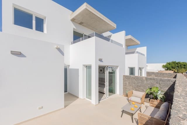 3 bedroom Semi-detached Villa for sale in Costa Teguise with garage - € 195,000 (Ref: 5130072)